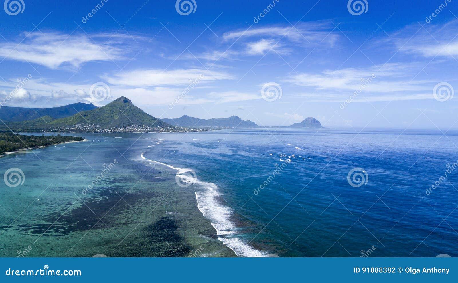 Bella vista areale dell oceano e della scogliera, isola delle Mauritius