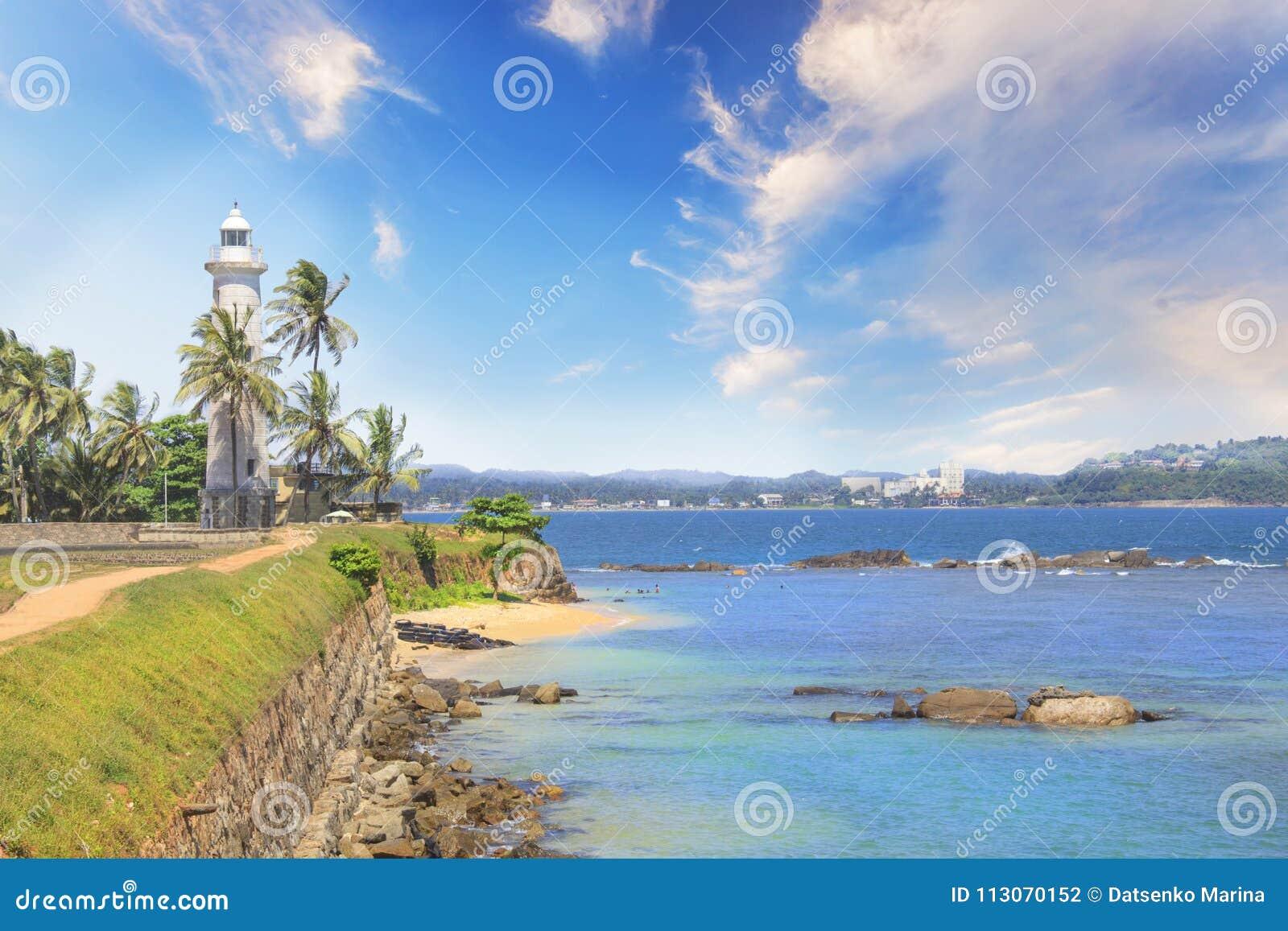 Bella vista del faro famoso a Galle forte, Sri Lanka, un giorno soleggiato