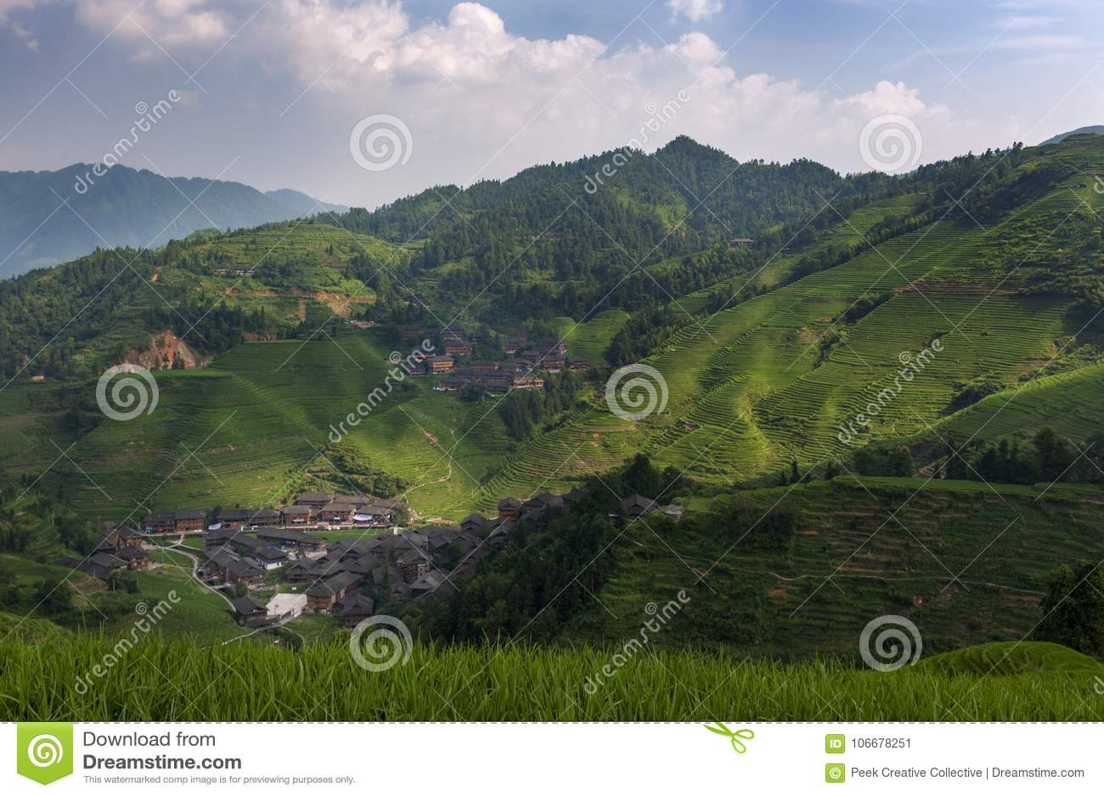 Bella vista del villaggio di Dazhai e dei terrazzi circostanti del riso di Longsheng nella provincia del Guangxi in Cina