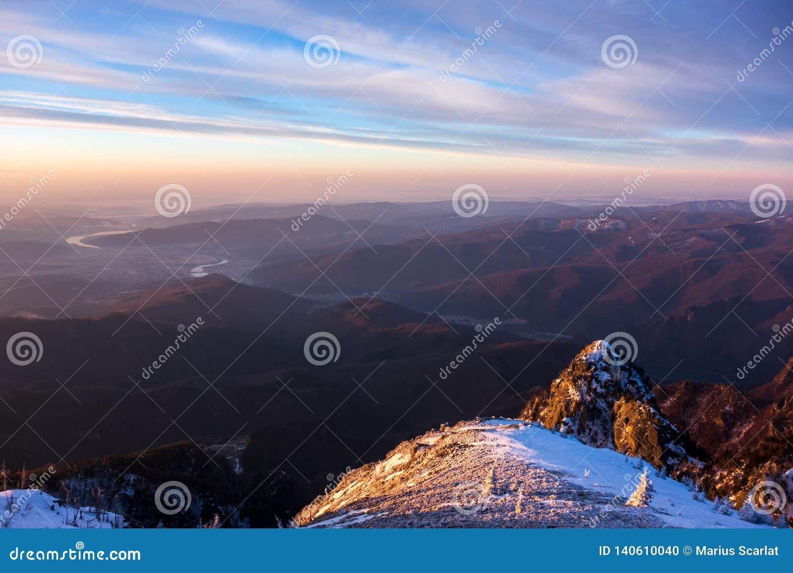 Bella vista della bobina del fiume di Olt attraverso le montagne