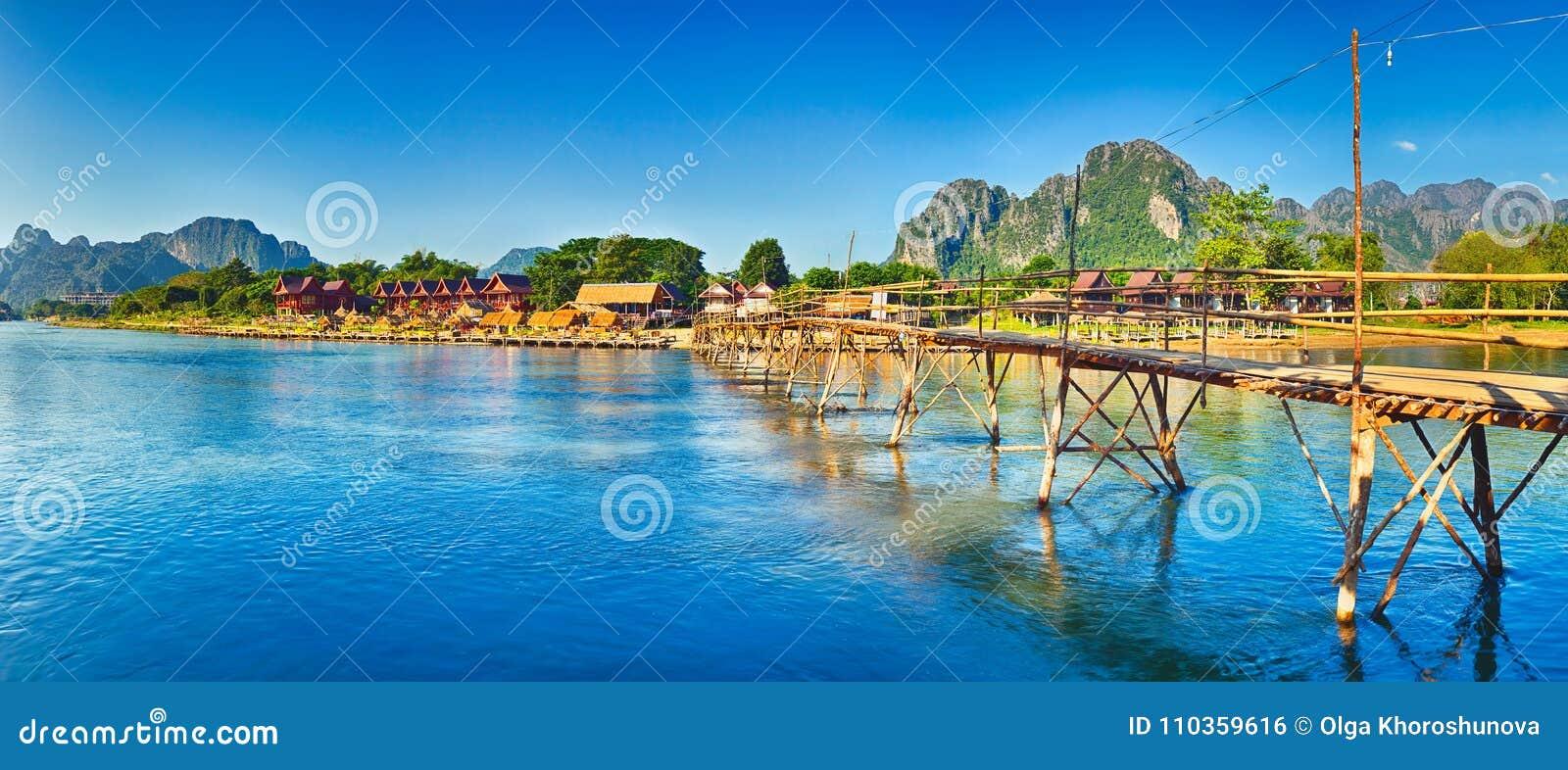 Bella vista di un ponte di bambù Paesaggio del Laos Panorama