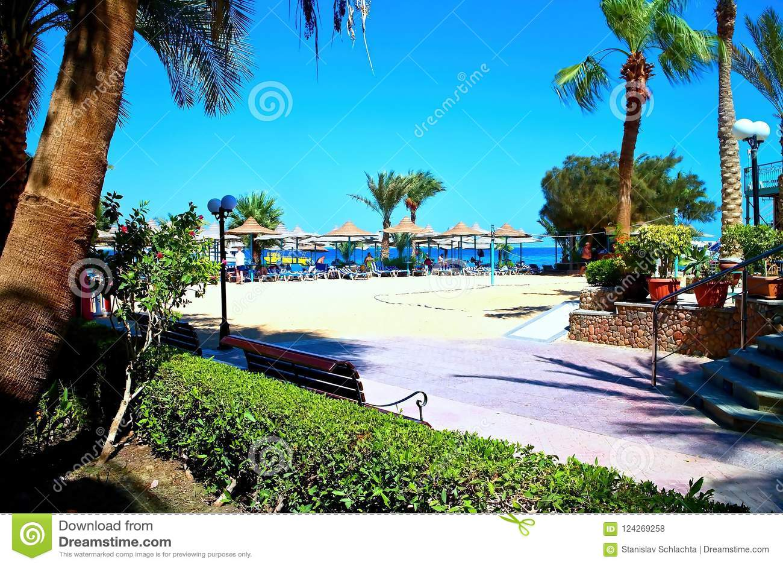 Bella Vista Resort - Strand mit heißem Sand, gutem Wetter und vielen Sonnenruhesesseln und -sonnenschirmen