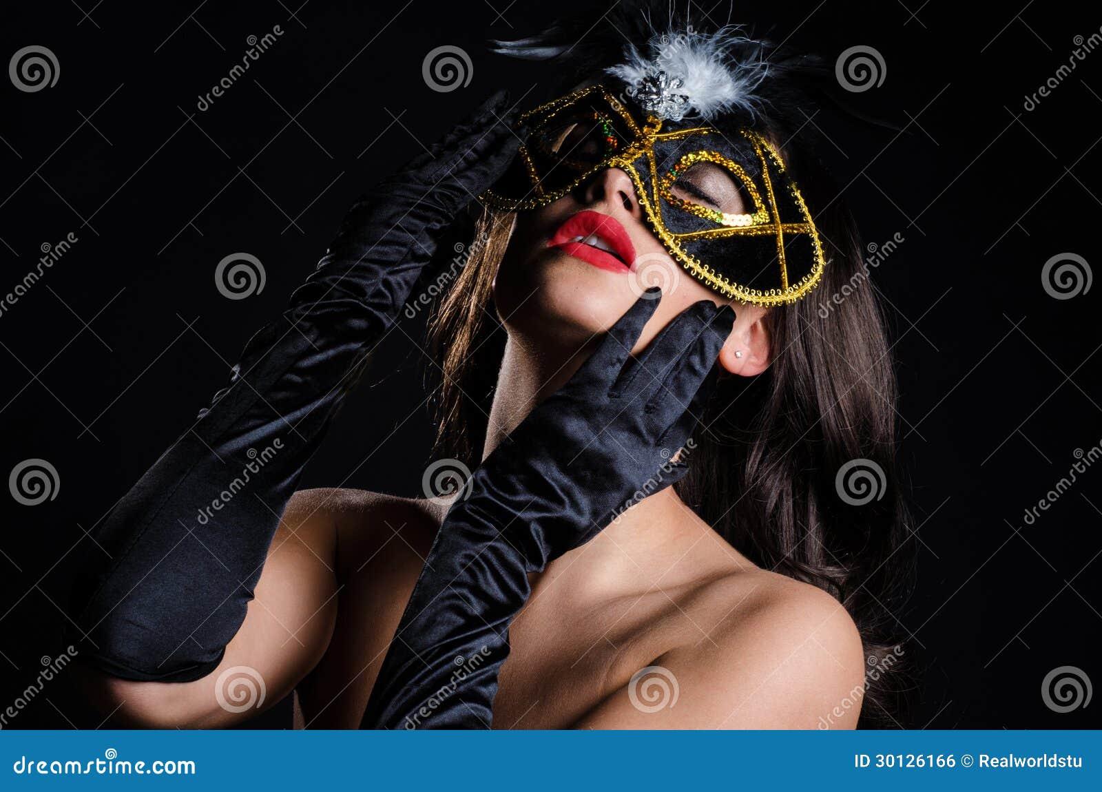 Femme étouffante avec le masque vénitien de mascarade