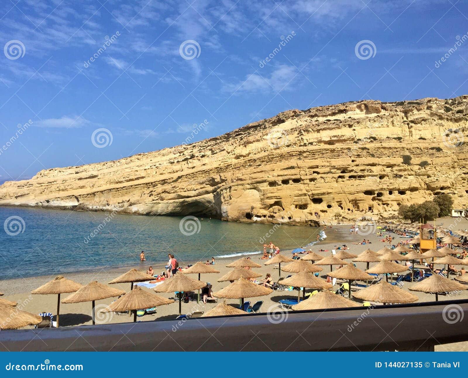 Belle île en Europe avec une plage superbe près de la haute montagne