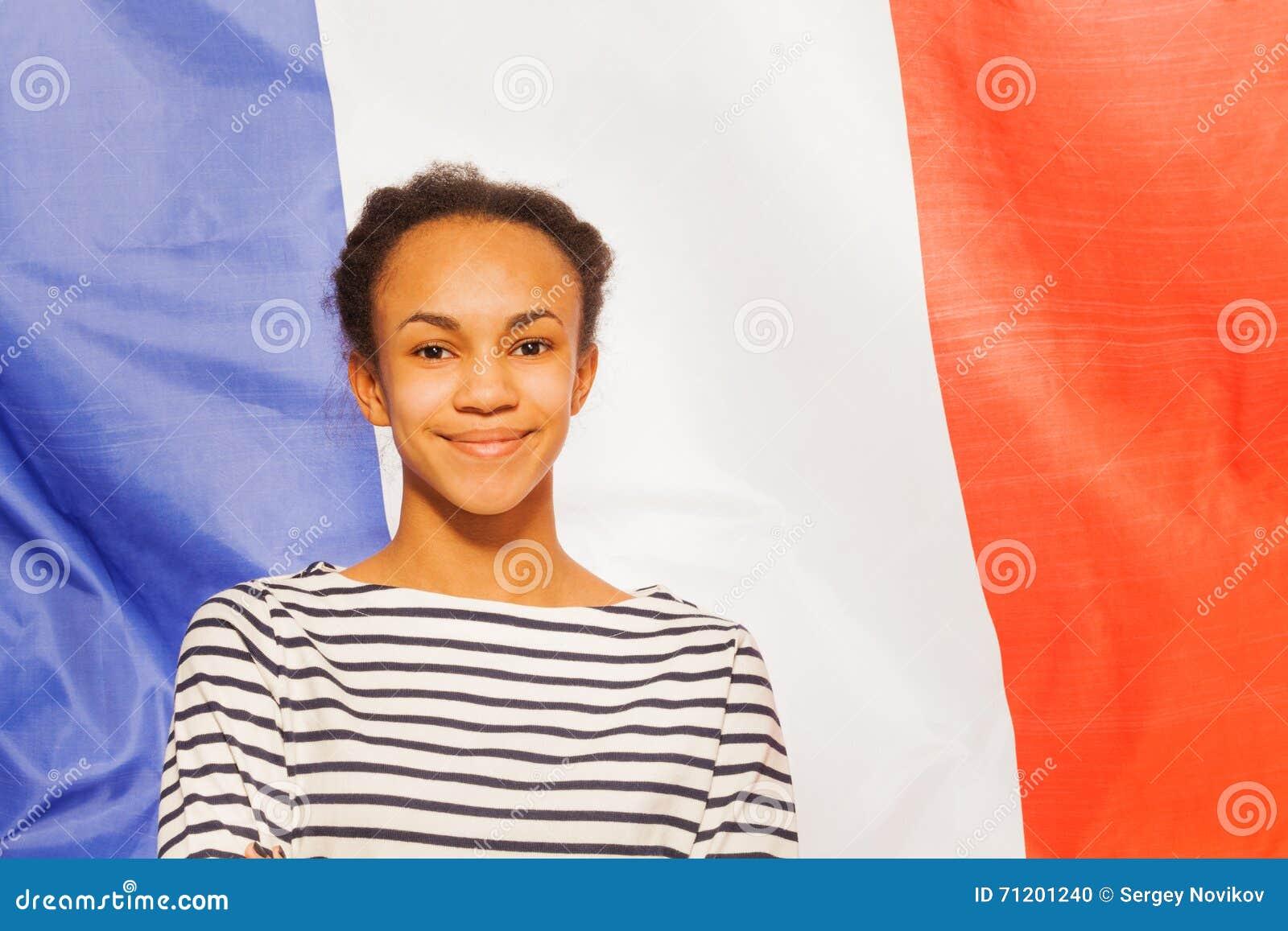 Belle adolescente africaine avec le drapeau français