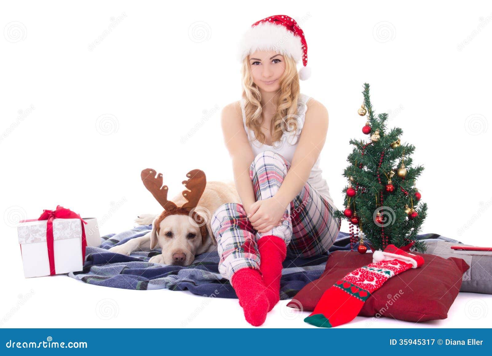 Belle adolescente avec le chien dans des klaxons et Noël de renne