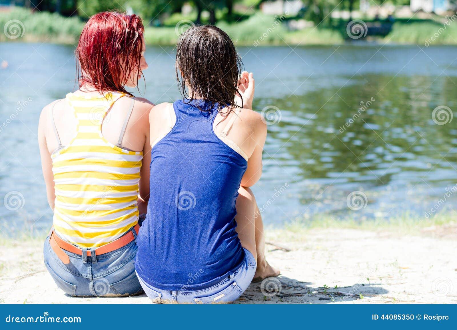 https://thumbs.dreamstime.com/z/belle-amiche-camice-bagnate-dell-abbigliamento-divertendosi-seduta-di-rilassamento-sulla-banca-del-fiume-sulla-spiaggia-44085350.jpg