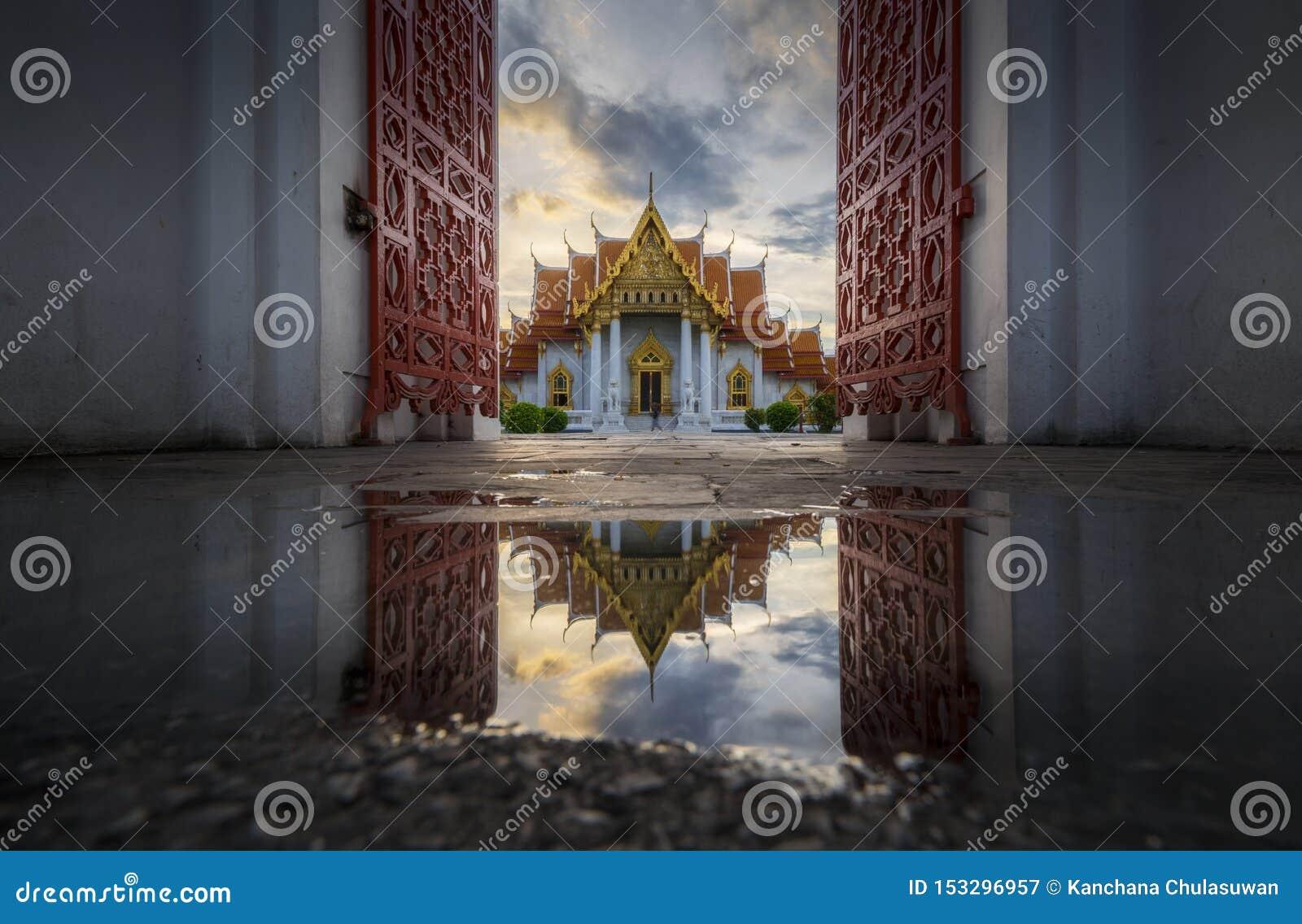Belle architecture thaïlandaise de la porte de marbre de temple