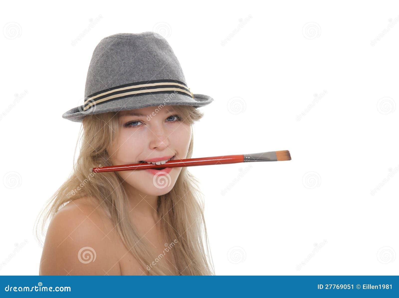 Belle artiste de femme dans le chapeau feutré