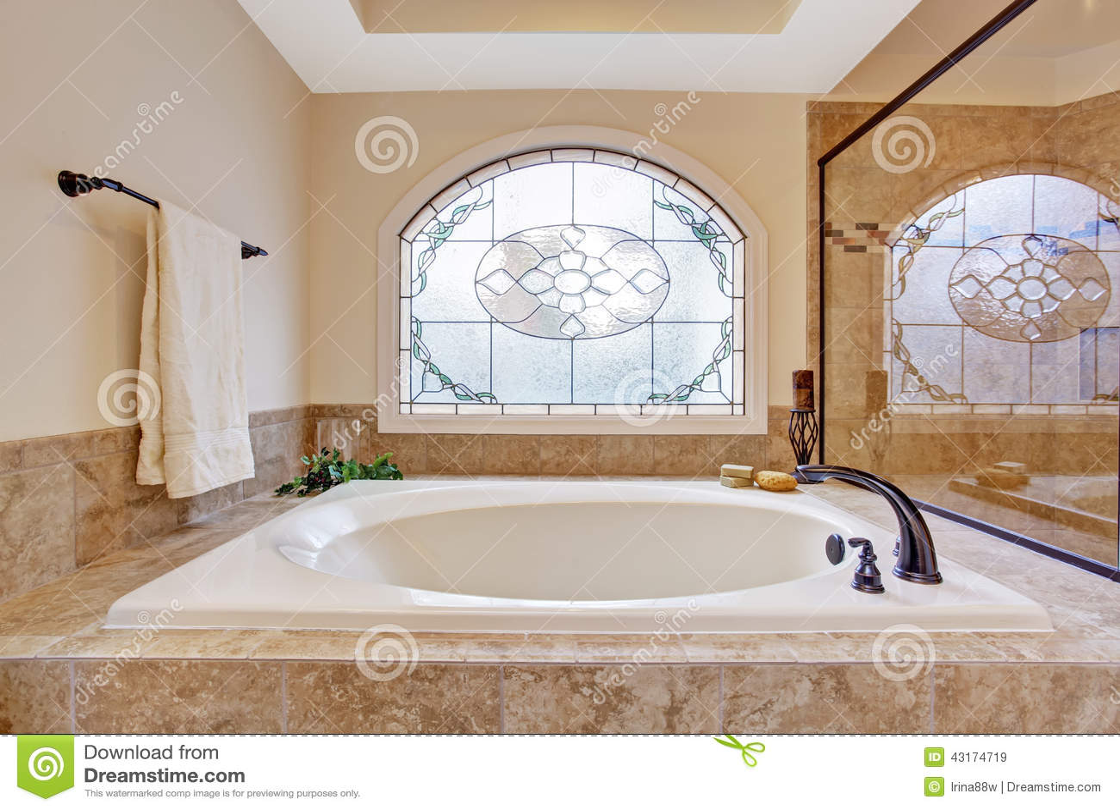 belle baignoire dans la salle de bains de luxe image stock image du beau tuile 43174719. Black Bedroom Furniture Sets. Home Design Ideas