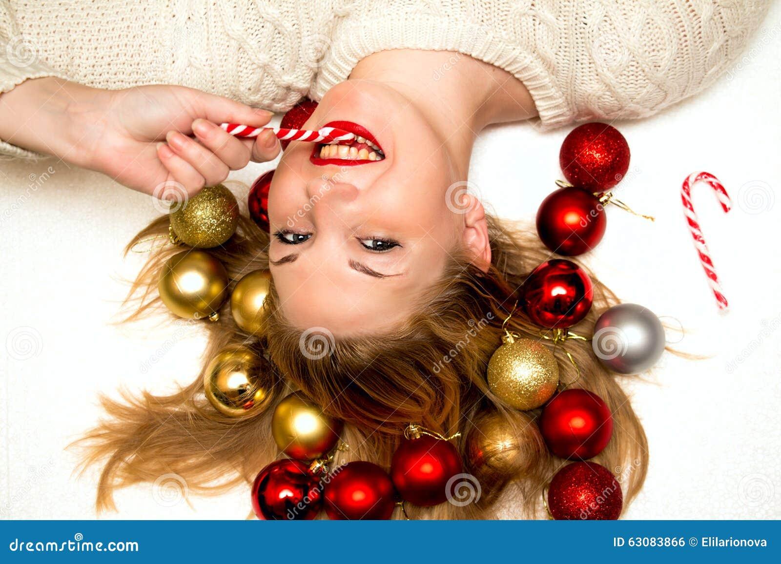 Download Belle Blonde Avec Une Sucrerie De Noël Se Trouvant Sur Un Backgro Blanc Photo stock - Image du mensonge, cheveu: 63083866