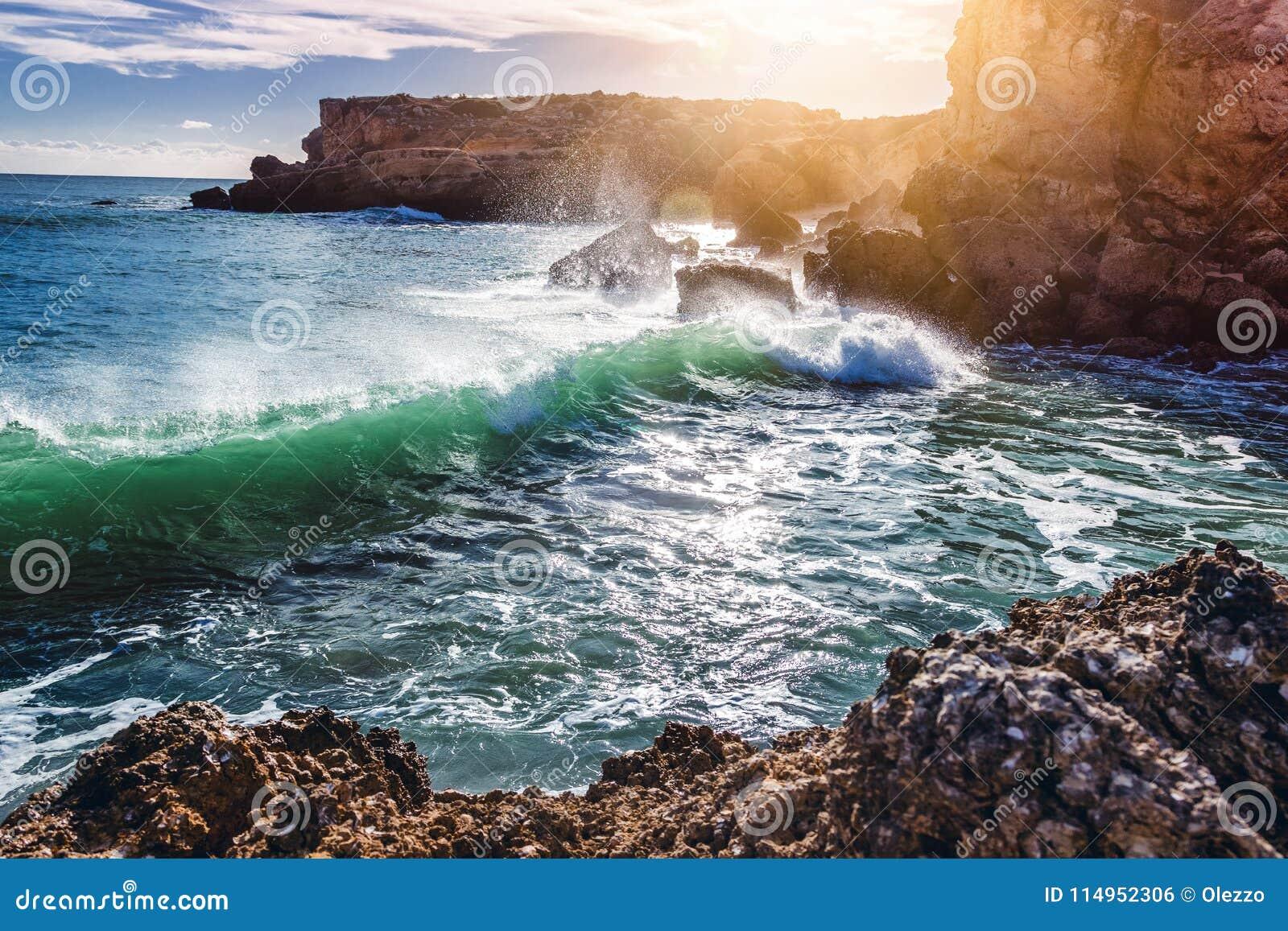 Belle côte de l océan, Algarve, Portugal Aga de coupure de vagues