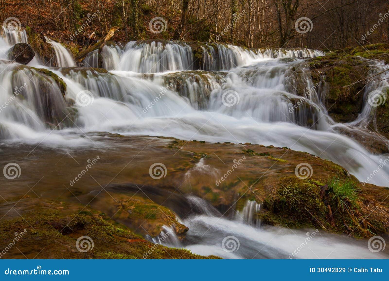 Belle cascate incontaminate e fiume dell acqua bianca nelle montagne