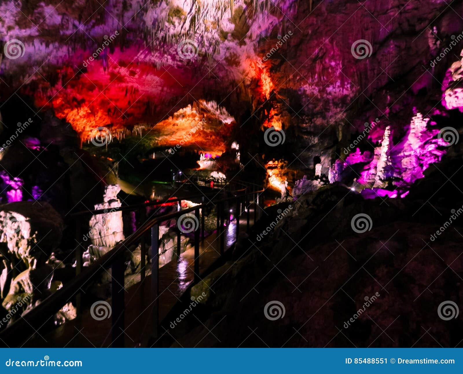 Belle caverne avec l illumination colorée