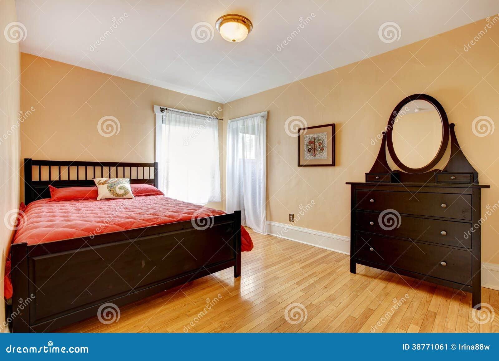 Belle Chambre à Coucher Avec Des Meubles De Brun Foncé Image stock ...