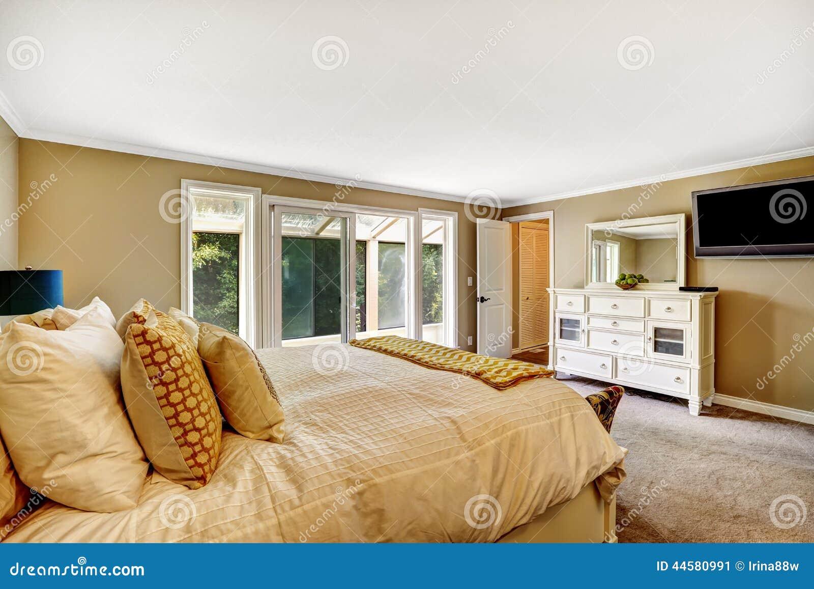 Belle chambre coucher avec le coffret de vanit et la tv photo stock image 44580991 - Belles chambres a coucher ...