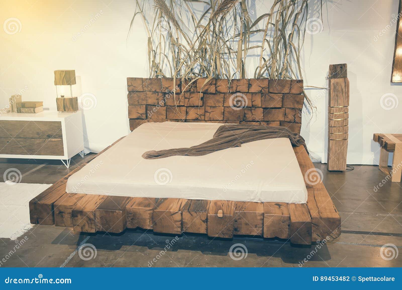Belle Chambre à Coucher Avec Le Lit En Bois Aux Meubles 2 Justes ...