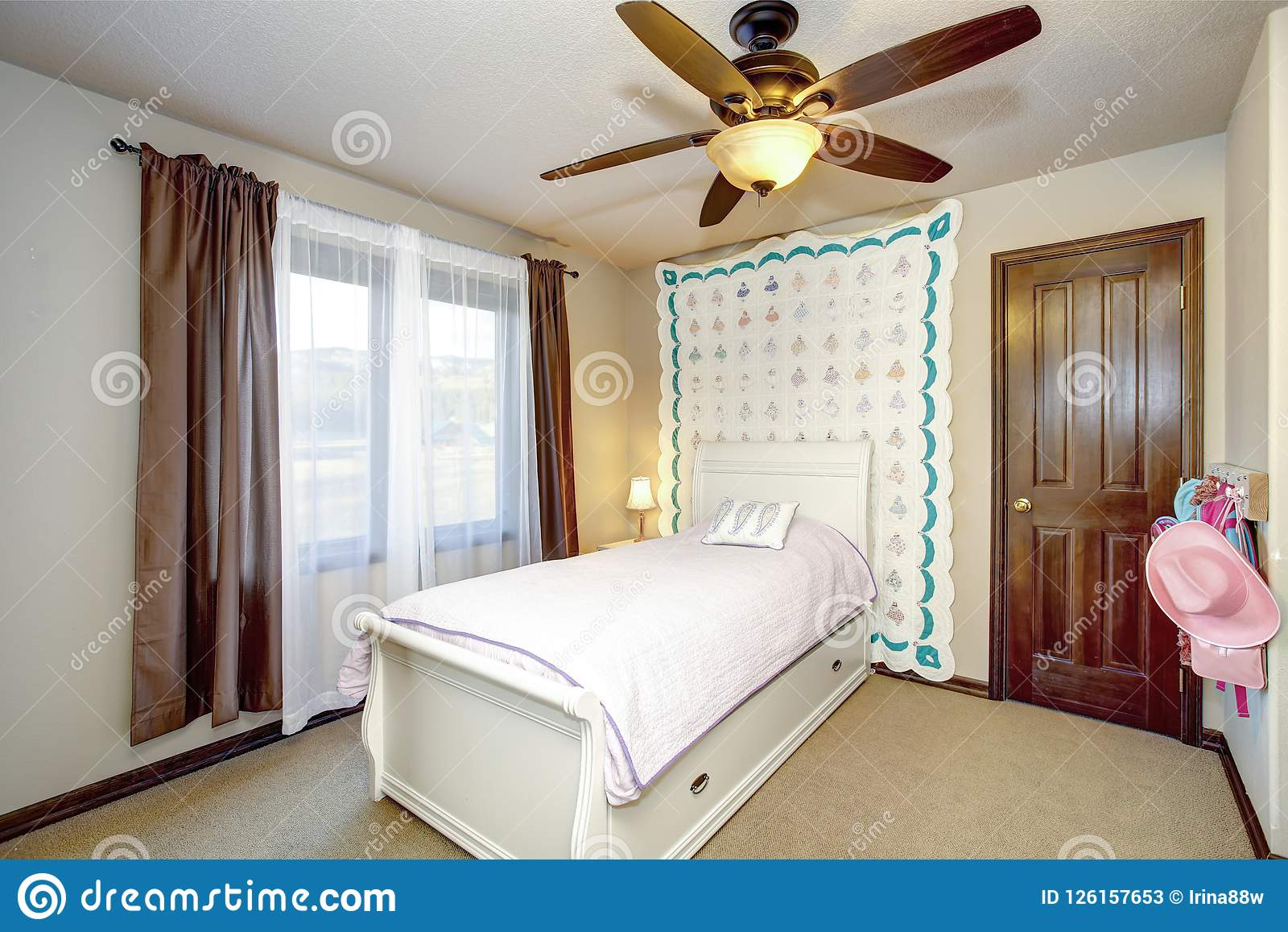 Belle Chambre à Coucher Du ` S De Fille Avec La Couverture Blanche De Lit Et