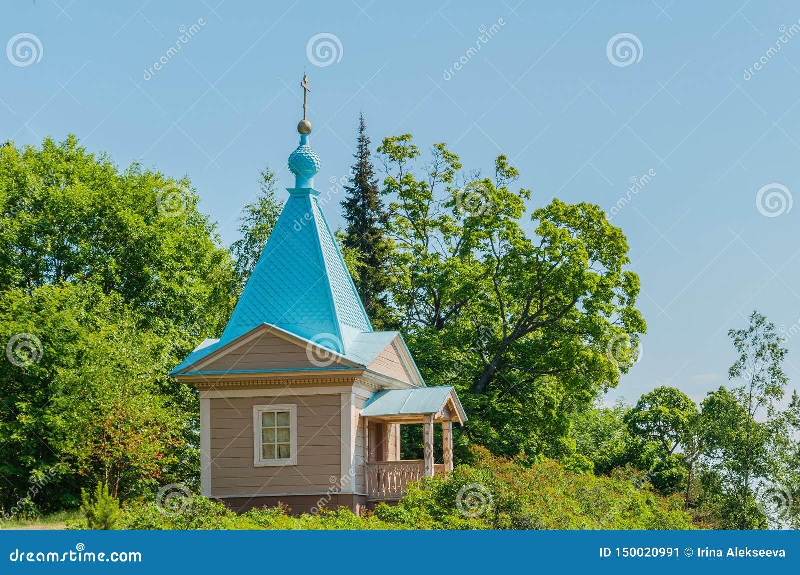 Belle chapelle orthodoxe un jour ensoleillé d été Chapelle de l intervention de la mère la plus sainte de Dieu du monastère de Va