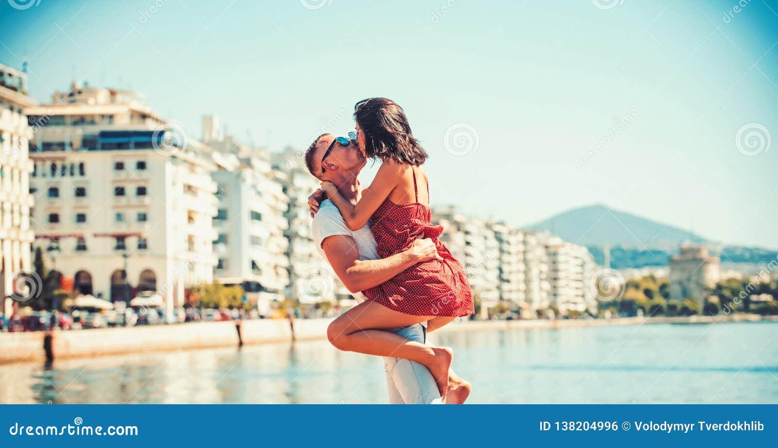 Belle coppie attraenti che abbracciano e che baciano all acqua nell hotel di lusso della stazione termale sulla vacanza di luna d