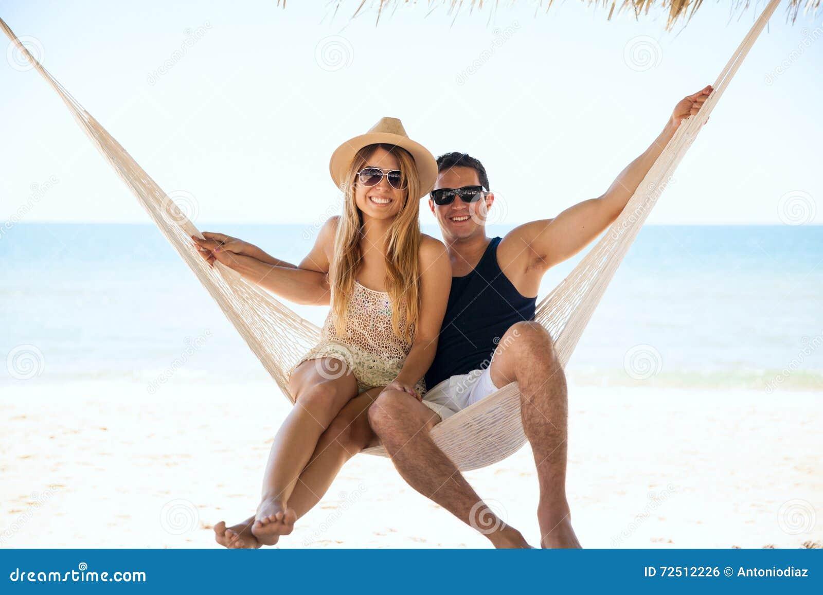 Belle coppie che si rilassano in un amaca