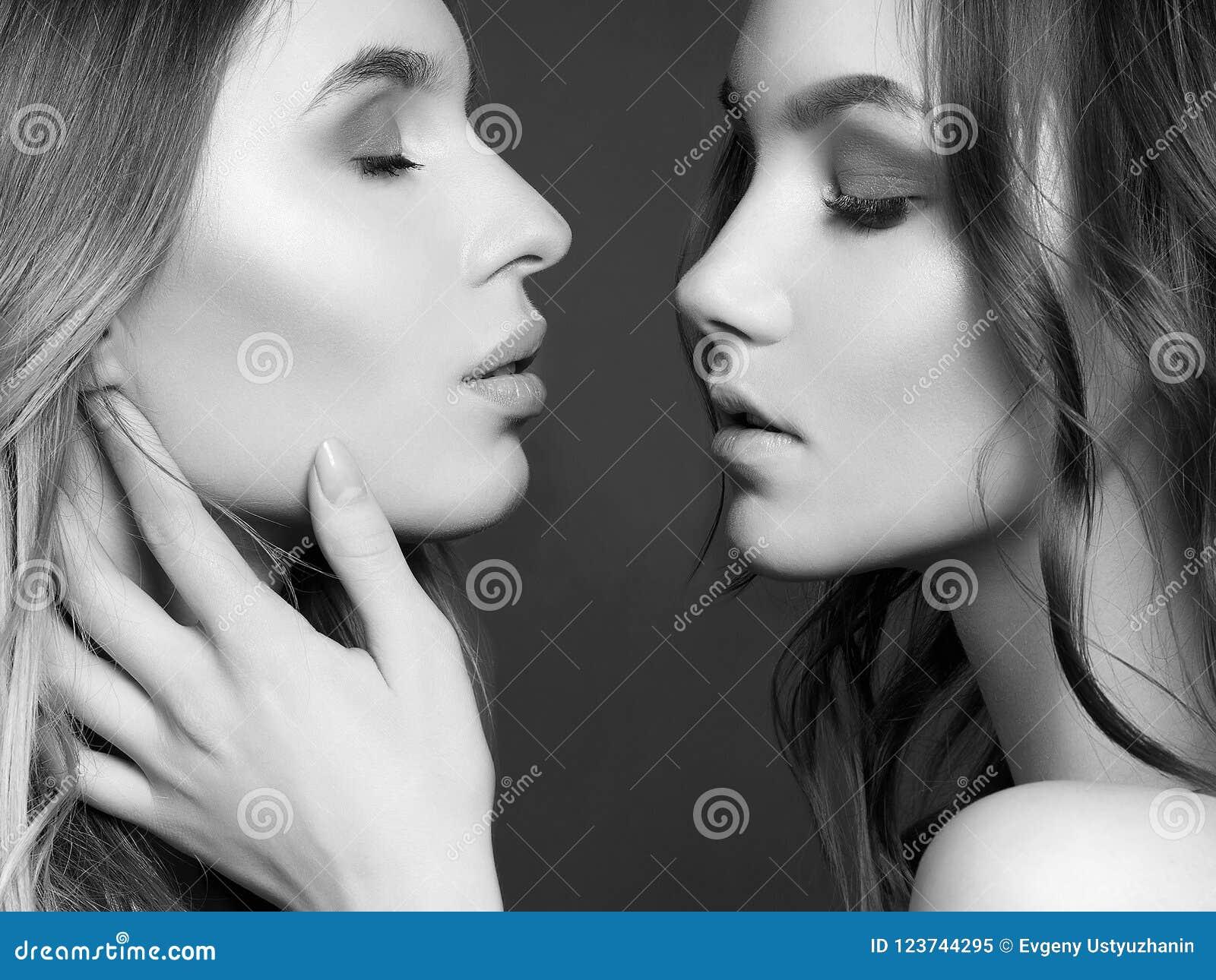 Belle Coppie Delle Ragazze Un Abbraccio Di Due Donne