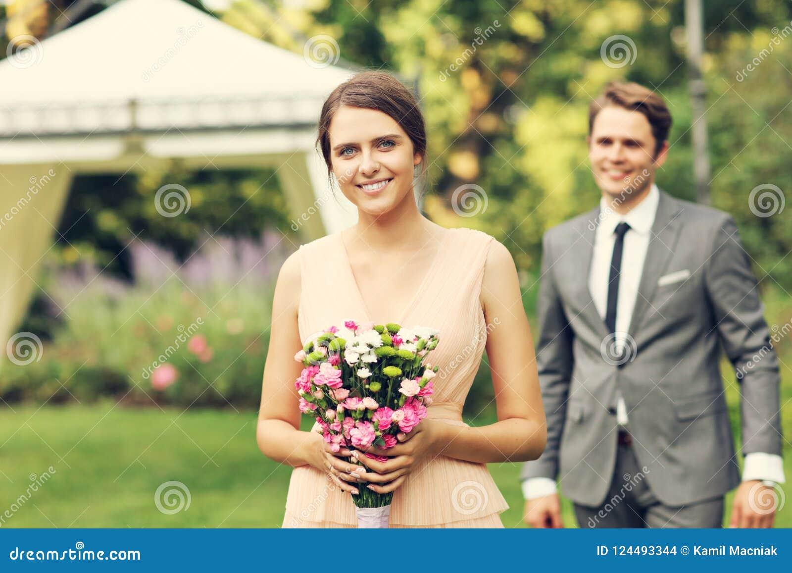 Belle coppie di nozze che godono delle nozze