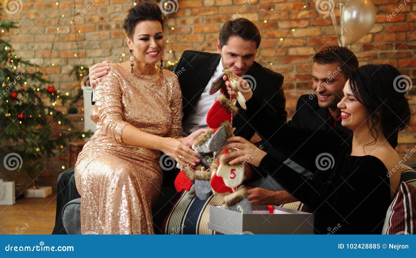 Belle Coppie Felici Che Celebrano Il Natale Immagine Stock