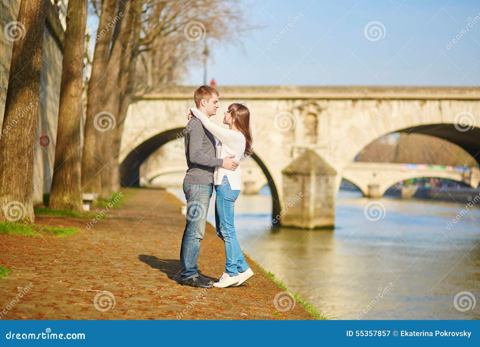 Belle coppie a Parigi che cammina dalla Senna