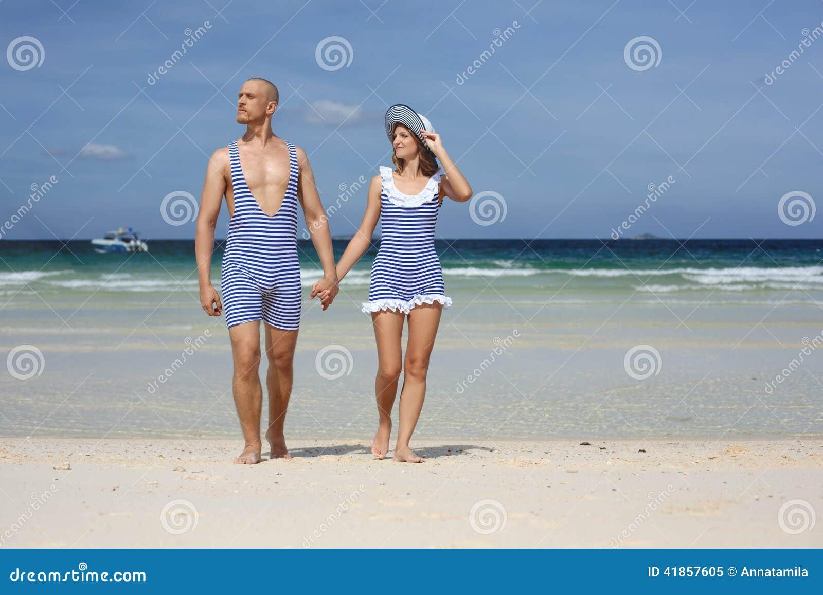 Belle coppie in retro costume da bagno immagine stock immagine di rilassamento svago 41857605 - Ragazze belle in costume da bagno ...