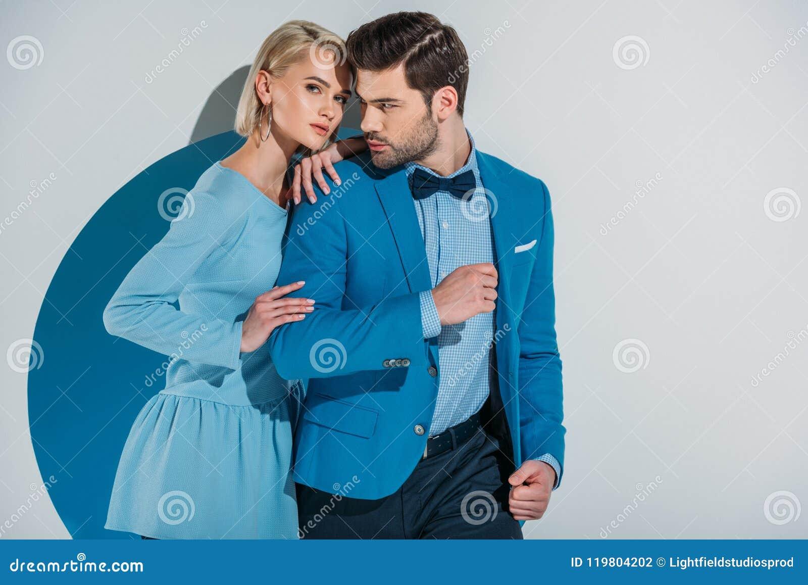 Belle coppie in vestito blu alla moda e vestito che sta insieme nell apertura
