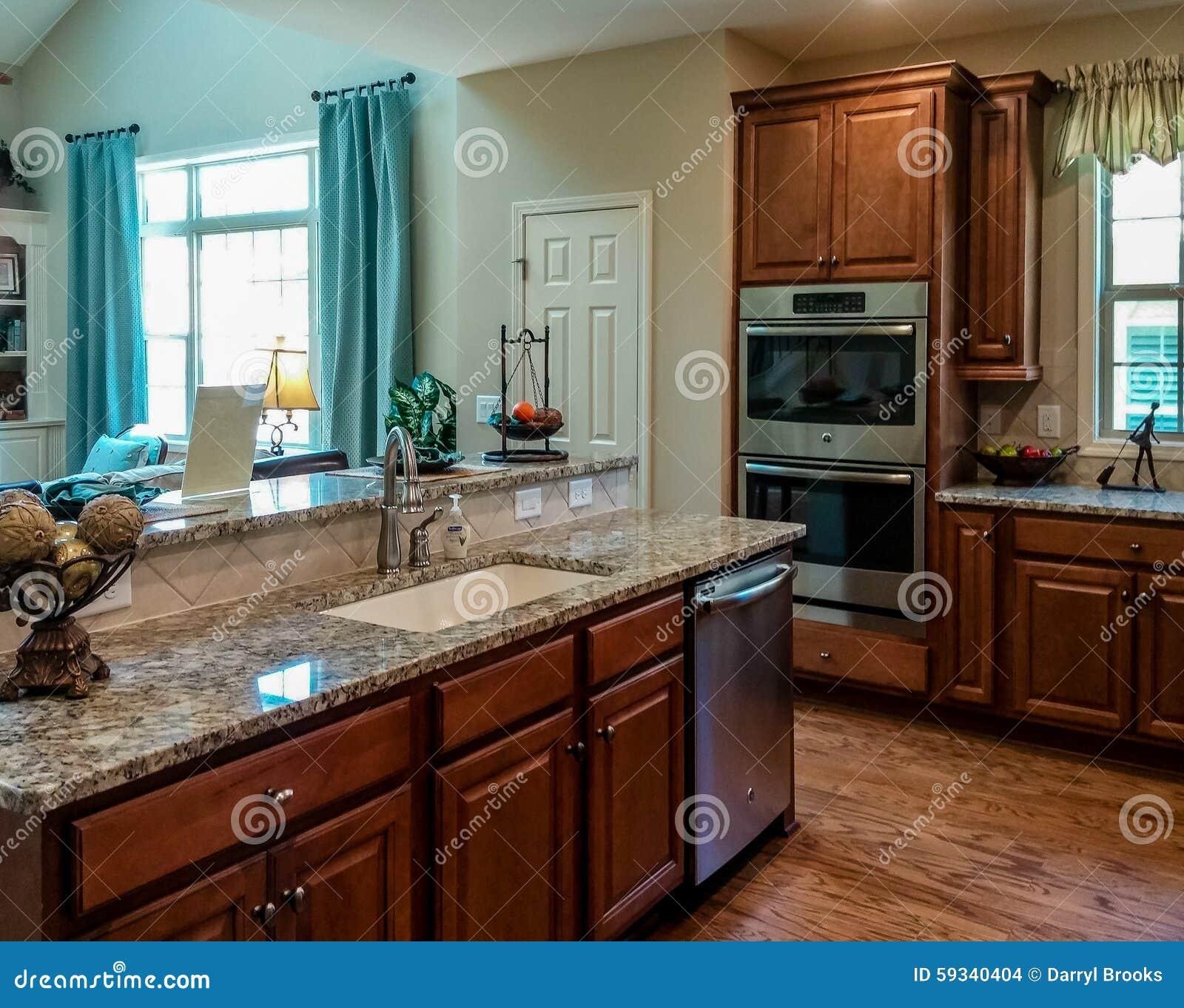 belle cuisine avec des partie sup rieure du comptoir de granit de planchers en bois dur et s. Black Bedroom Furniture Sets. Home Design Ideas