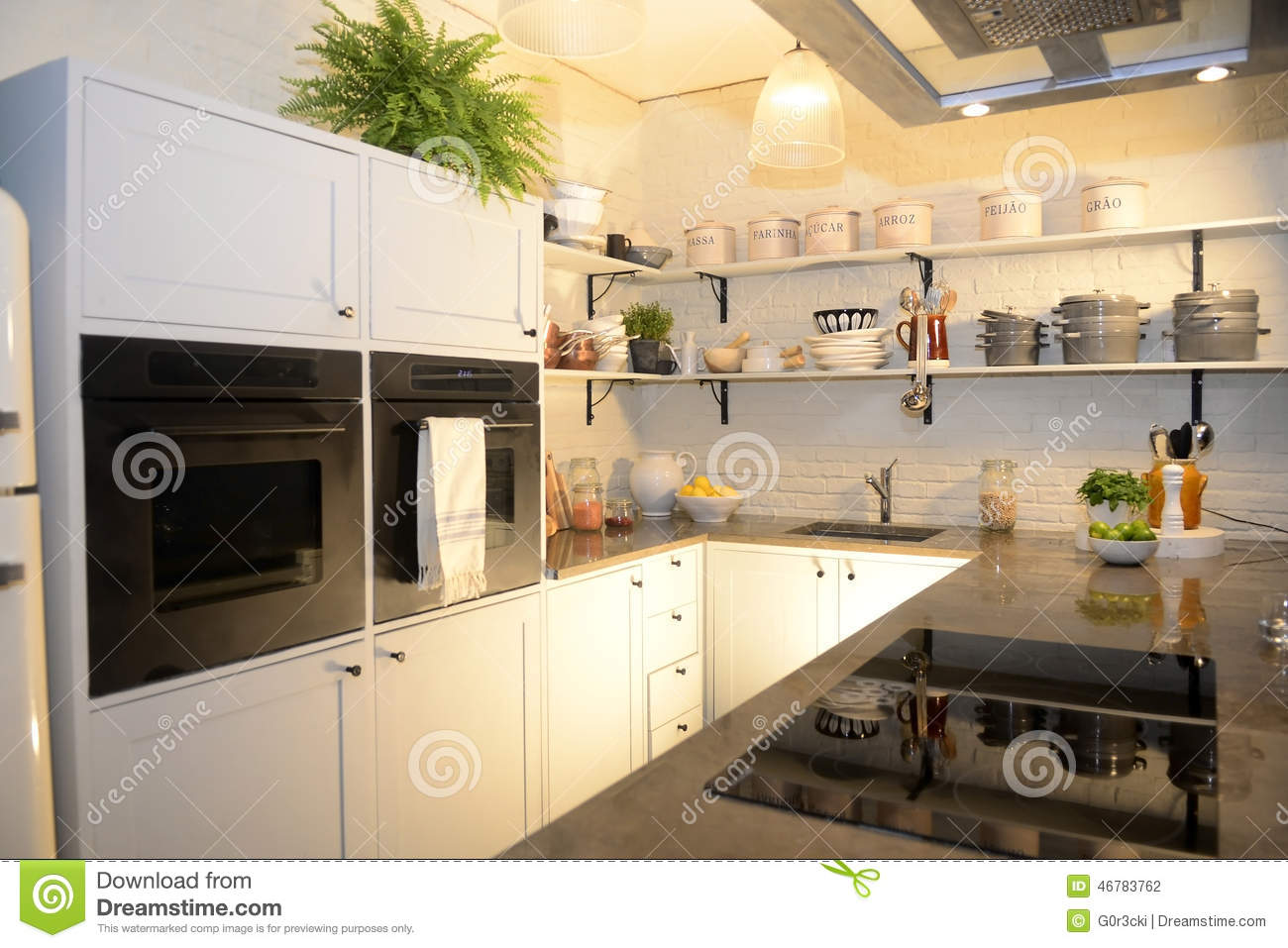 Belle cuisine blanche moderne photo stock image 46783762 for Belle cuisine moderne