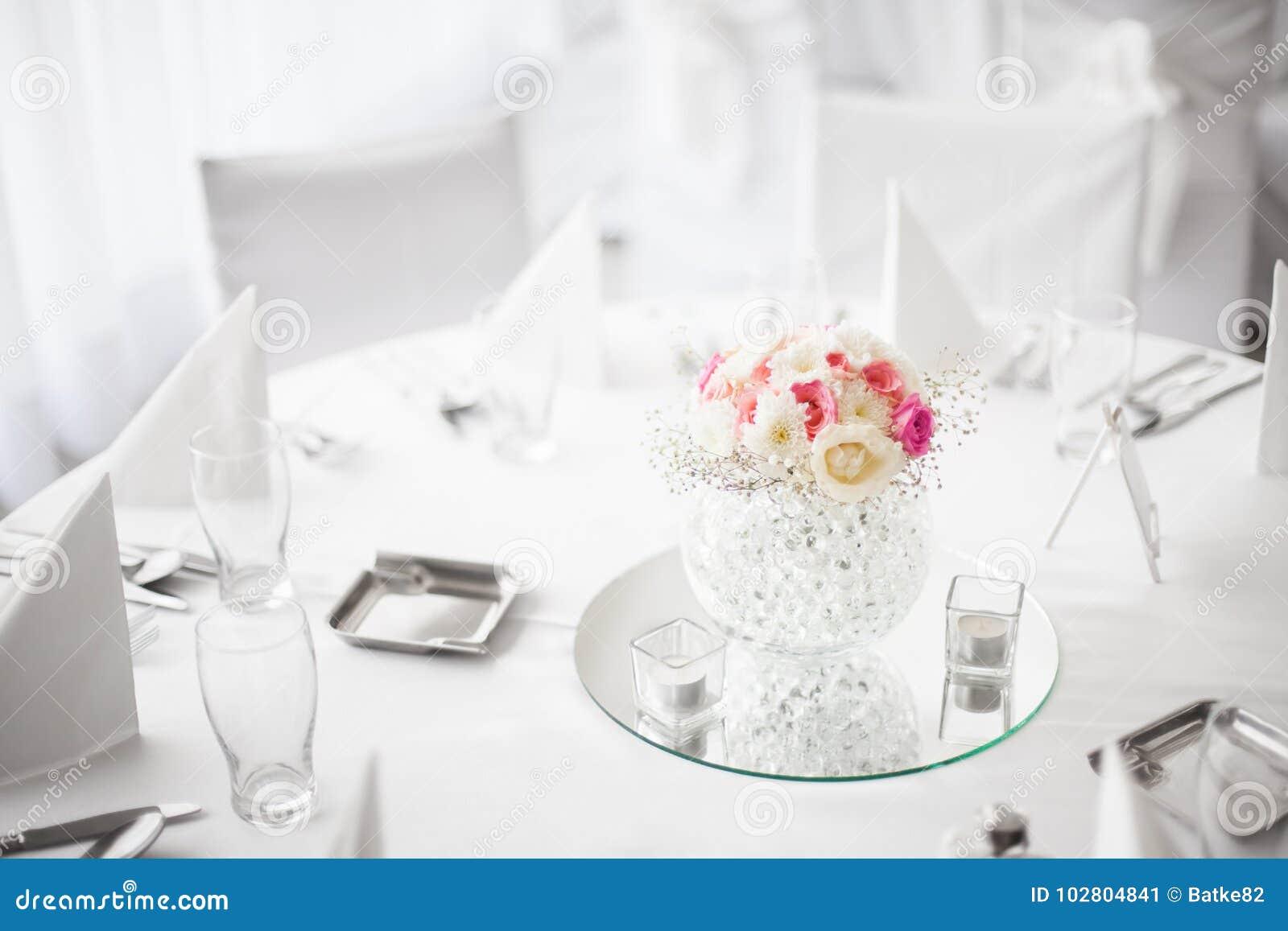 Superbe Belle Décoration De Fleur De Pièce Maîtresse Sur La Table De Salle à Manger