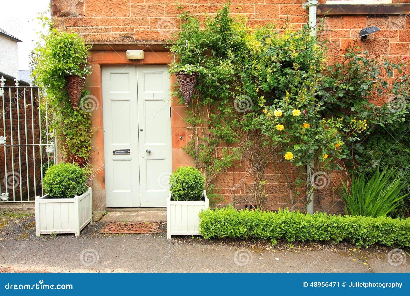Belle d coration florale devant la maison photo stock - Belle decoration de maison ...