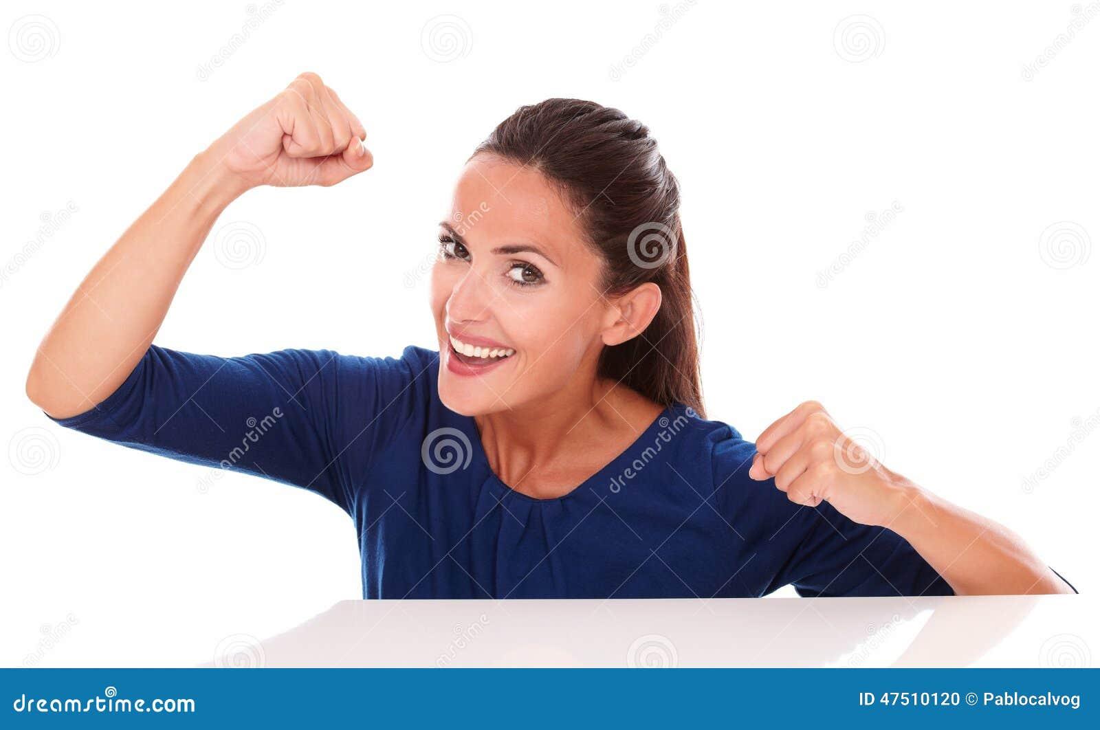 Belle dame dans la chemise bleue faisant des gestes le gain