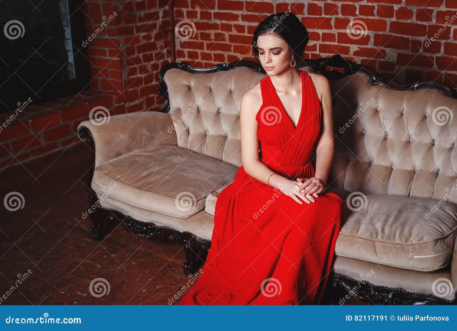 258f8ec78a286 Portrait de belle femme sensuelle de smilyng dans la robe rouge de mode  Concept de ventes et d achats de Noël Projectile de studio