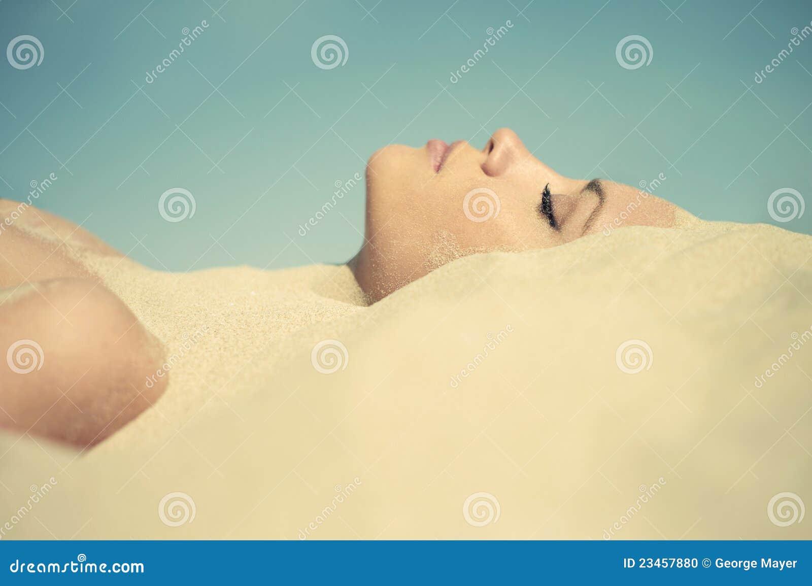 Belle dame enterrée dans le sable