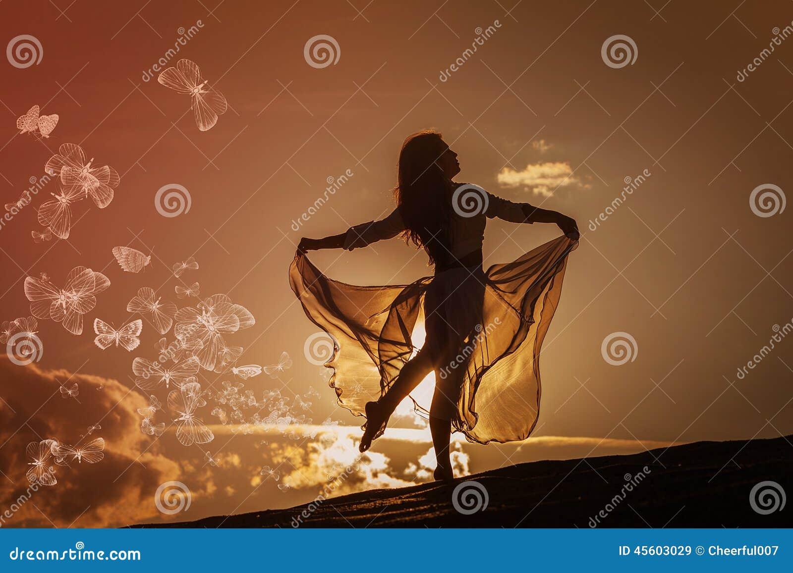 Belle danse de femme au coucher du soleil