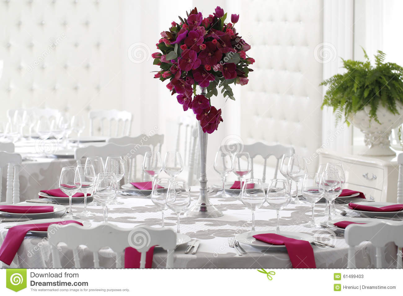 belle d coration de bouquet de fleur sur la table de mariage photo stock image 61499403. Black Bedroom Furniture Sets. Home Design Ideas