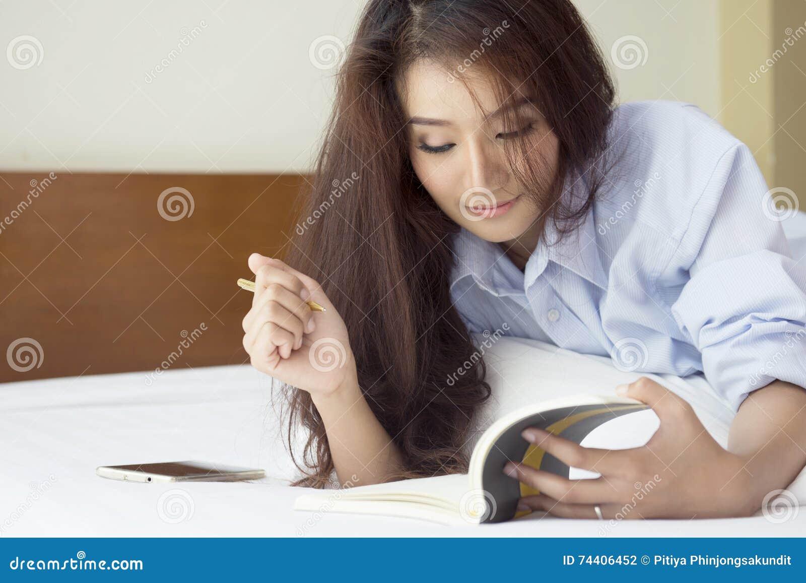 belle donne che si rilassano nella camera da letto fotografia ... - Donne In Camera Da Letto