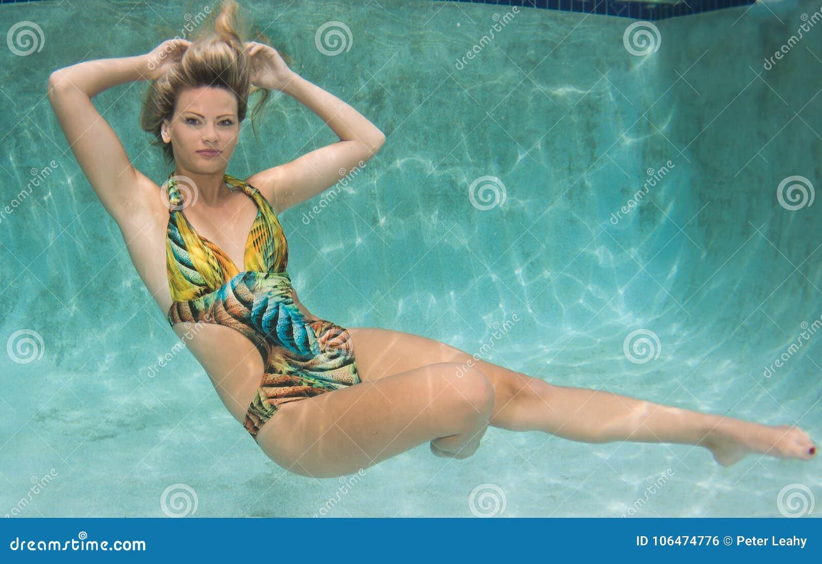 Costume Da Bagno Sirena : Poco bella ragazza vestita in costume da bagno come una sirena si