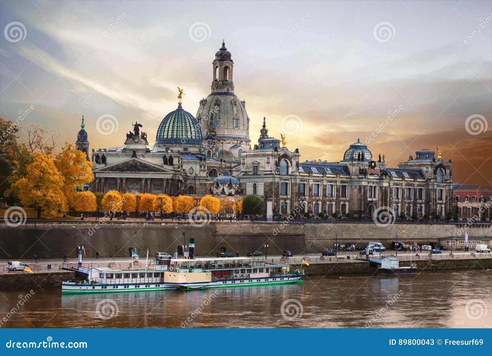 Belle Dresde romantique au-dessus de coucher du soleil Points de repère et crui de rivière