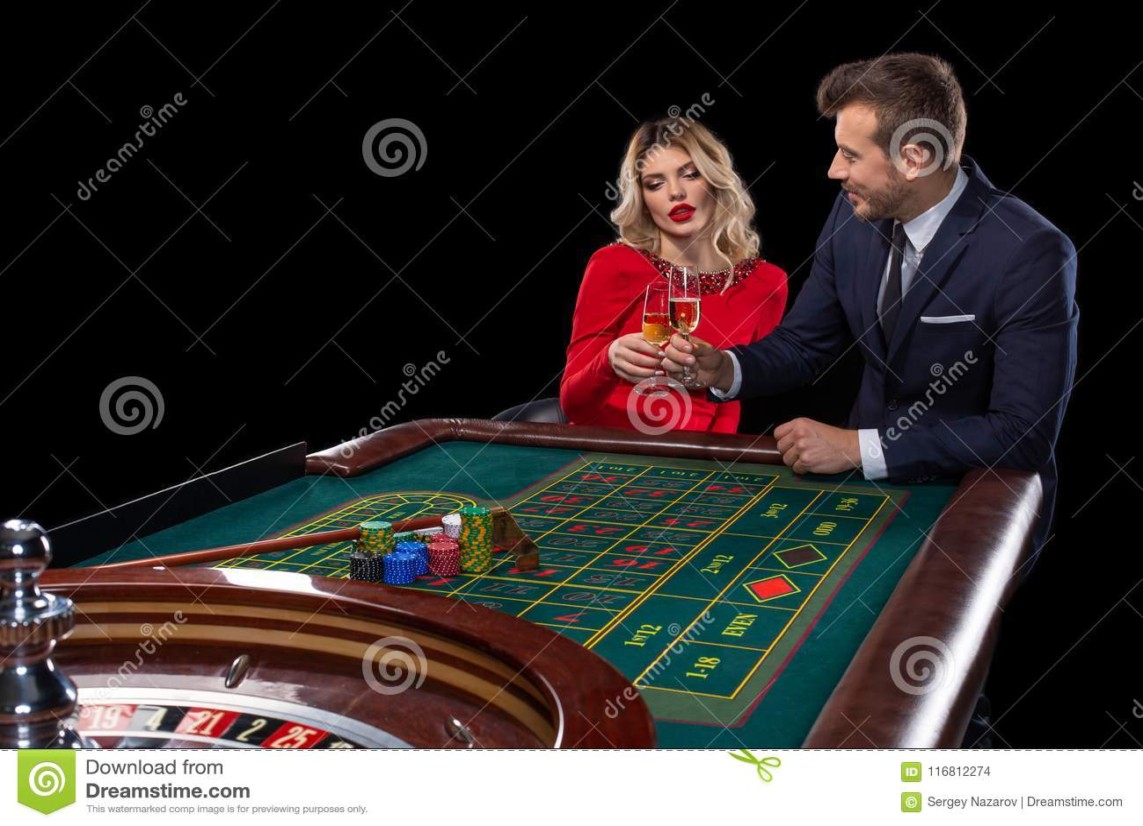 Belle e coppie ben vestito che giocano roulette nel casinò