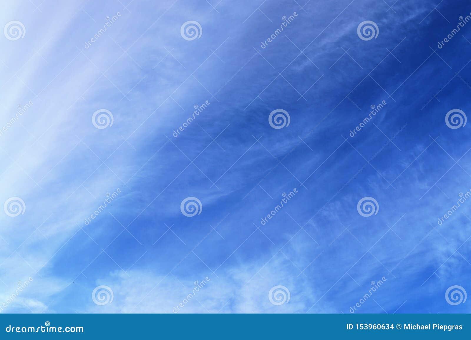 Belle e formazioni calmanti del cirro su un cielo blu profondo di estate