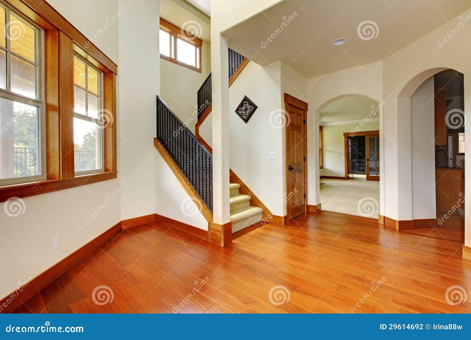 Belle entr e la maison avec l 39 tage en bois int rieur la maison de luxe neuf photographie for Belle interieur maison