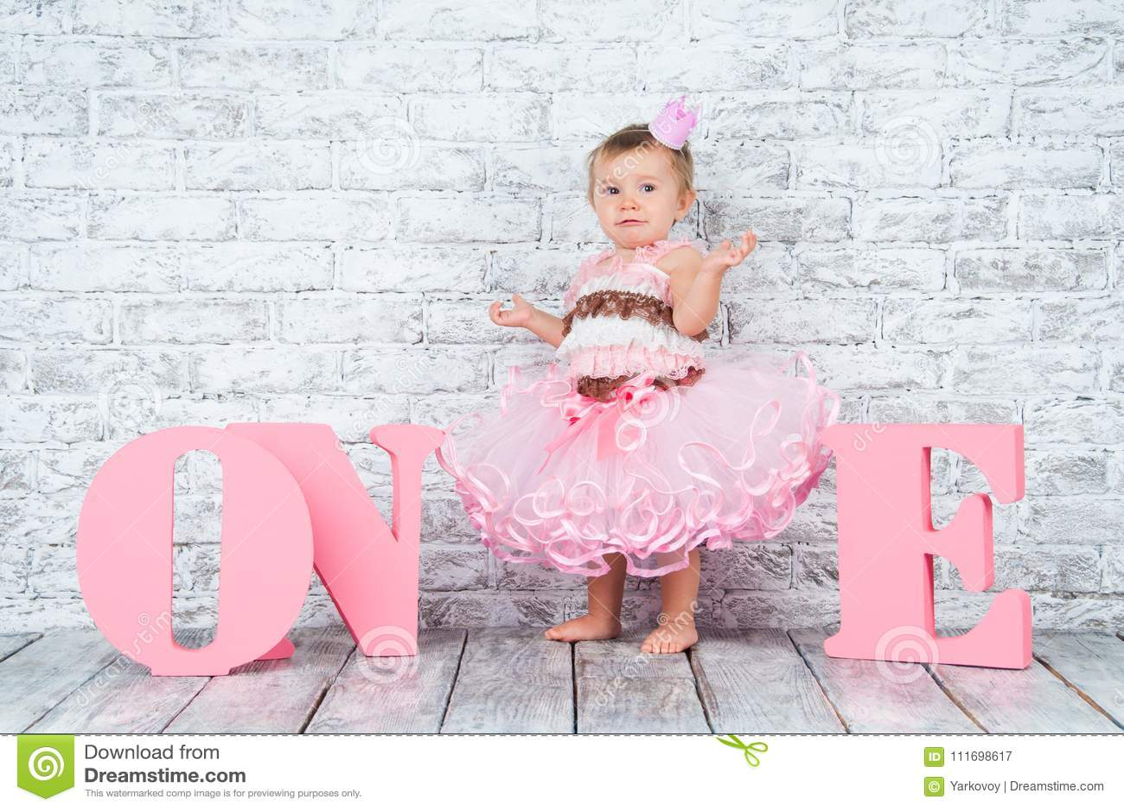 Belle Et Mignonne Fille Dans Une Robe Rose Avec Les Lettres Une Sur Son Premier Anniversaire Fille Emotive Image Stock Image Du Premier Belle 111698617