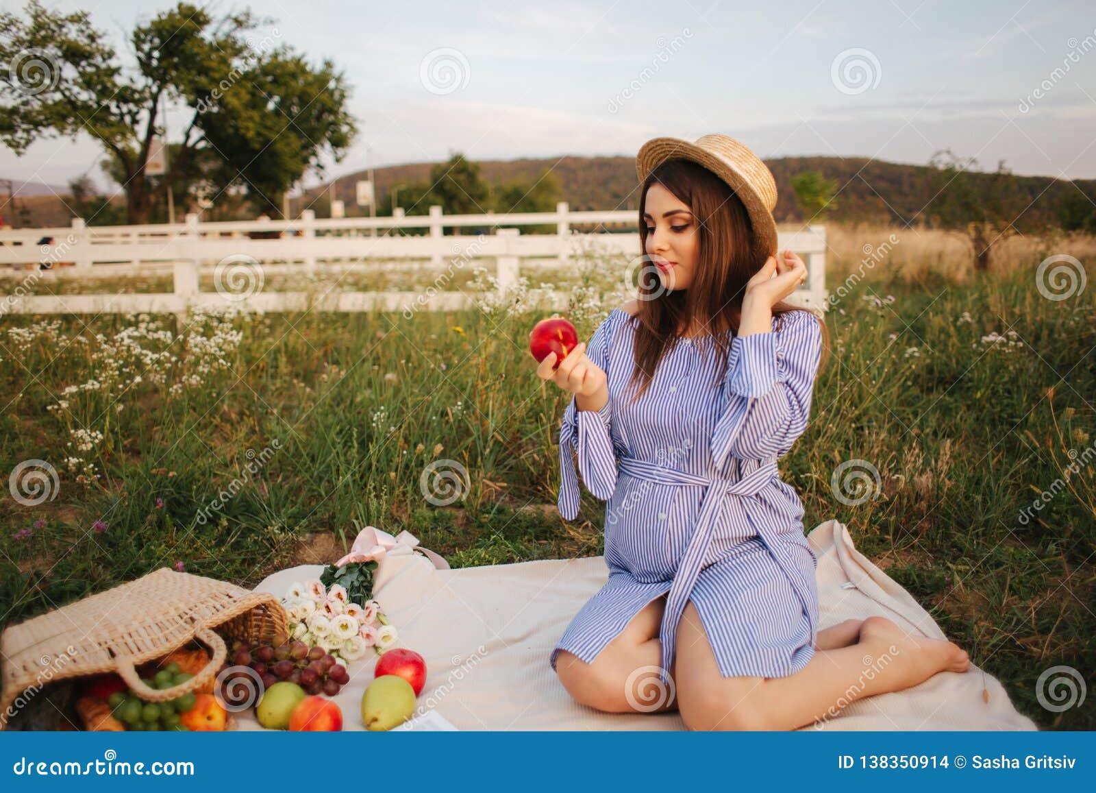 Belle exposition de femme enceinte et manger la pomme rouge Nourriture saine Fruits frais Sourire heureux de femme