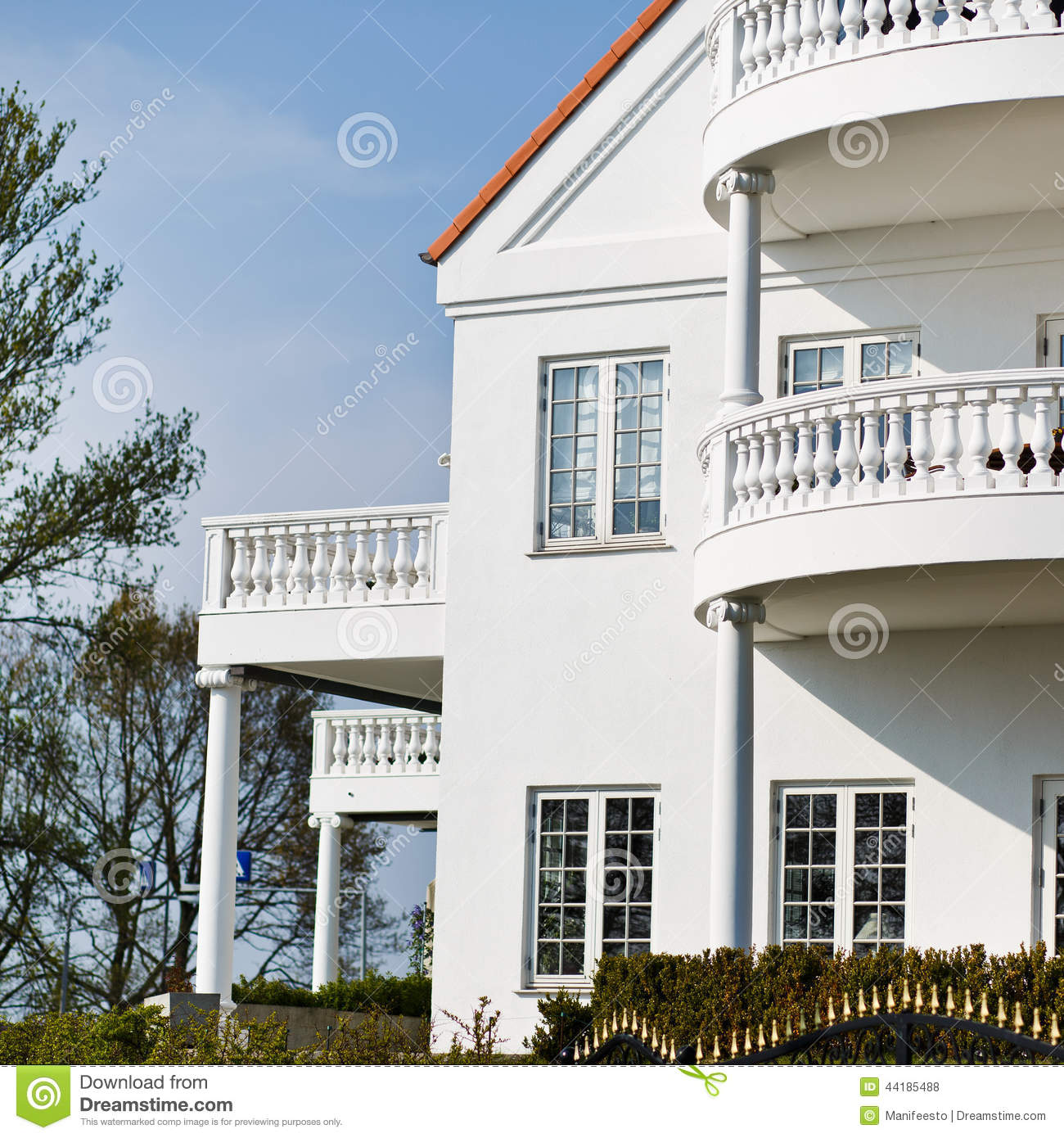 Belle fa ade d 39 une maison l gante blanche photo stock image 44185488 for Photos de facades de belles maisons