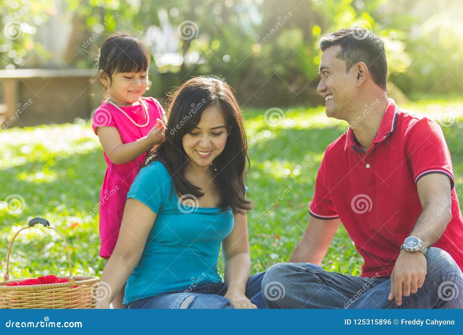 Belle famille à un parc